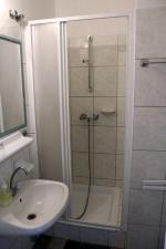 Kétágyas szoba fürdõszobája