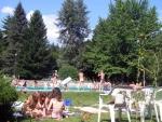 Gyerekek a medencénél
