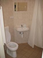 Táborhelyszínek, Sopron Ifjúsági Tábor, erdészház fürdőszoba
